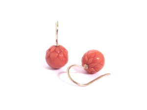 Ohrhänger mit gravierten Korallenkugeln in Rotgold