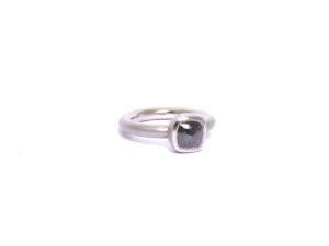 Ring mit schwarem Diamant im Rosenschliff in Platin