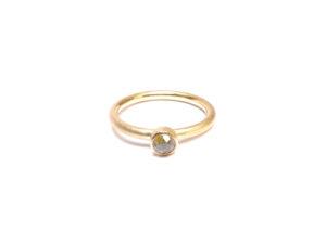 Ring in Gelbgold mit grünem naturfarbenem Diamant im Rosenschliff